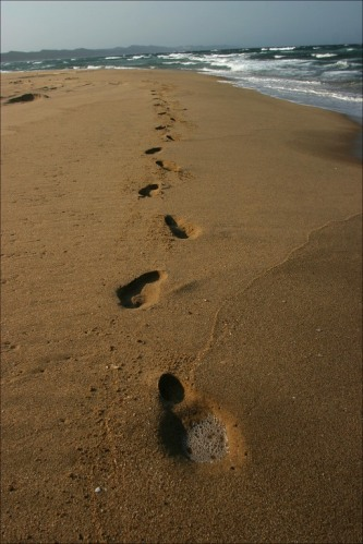 footsteps-in-sand